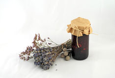 Manojo de lavanda, de sabio y de Kermek al lado de un tarro de ja del arándano Fotos de archivo libres de regalías