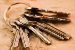 Manojo de llaves en el papel Imagenes de archivo