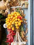 Manojo de los tomates de Piennolo en una parada del verdulero Nápoles, Italia fotografía de archivo