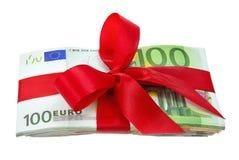 Manojo de notas euro como regalo con el arqueamiento Foto de archivo libre de regalías