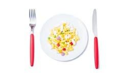 Manojo de píldoras coloreadas en una placa blanca Foto de archivo