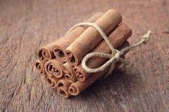 Manojo de palillos de canela en el fondo de madera Fotos de archivo libres de regalías