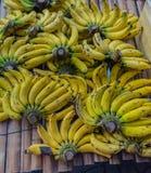 Manojo de pequeños plátanos Comida de la calle en la ciudad de China Imagenes de archivo