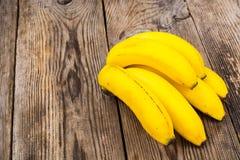 Manojo de plátanos en viejos tableros grises Foto de archivo libre de regalías
