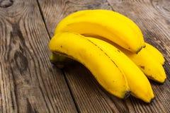 Manojo de plátanos en viejos tableros grises Fotos de archivo libres de regalías
