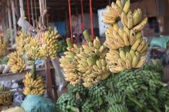 Manojo de plátanos maduros en mercado imágenes de archivo libres de regalías