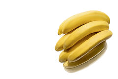 Manojo de plátanos maduros frescos aislados en blanco Fotos de archivo