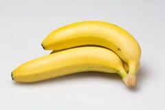 Manojo de plátanos sabrosos en el fondo blanco Fotos de archivo libres de regalías