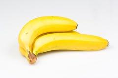 Manojo de plátanos sabrosos en el fondo blanco Foto de archivo