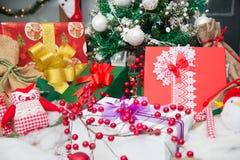 Manojo de presentes el mañana de la Navidad Fotos de archivo libres de regalías
