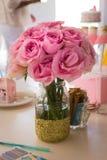 Manojo de rosas rosadas en un florero de cristal Fotografía de archivo
