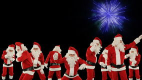 Manojo de Santa Claus Dancing con la exhibición de los fuegos artificiales del día de fiesta almacen de video