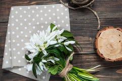 Manojo de Snowdrops en fondo de madera Cierre para arriba foto de archivo libre de regalías