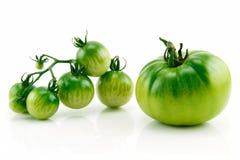 Manojo de tomates amarillos y verdes maduros aislados Foto de archivo libre de regalías
