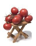 Manojo de tomates en una pequeña tabla Foto de archivo
