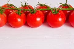 Manojo de tomates orgánicos frescos aislados en el fondo blanco Imagenes de archivo