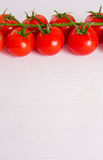 Manojo de tomates orgánicos frescos aislados en el fondo blanco Fotos de archivo