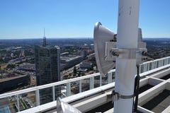 Manojo de transmisores y de antenas en el rascacielos Imagen de archivo libre de regalías