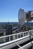 Manojo de transmisores y de antenas en el rascacielos Imagen de archivo
