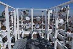 Manojo de transmisores y de antenas en el rascacielos Imagenes de archivo