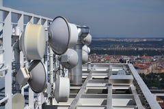 Manojo de transmisores y de antenas en el rascacielos Fotos de archivo