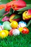 Manojo de tulipanes con los huevos de Pascua Imagen de archivo libre de regalías