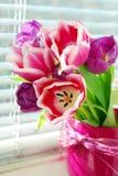 Manojo de tulipanes en el windowsill Imagen de archivo