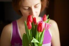 Manojo de tulipanes en manos de la mujer Fotografía de archivo