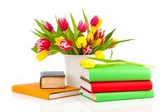 Manojo de tulipanes y de libros de la primavera Fotos de archivo