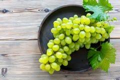 Manojo de uvas blancas maduras Fotos de archivo