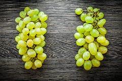 Manojo de uvas en concepto de la comida del tablero de madera Fotografía de archivo libre de regalías