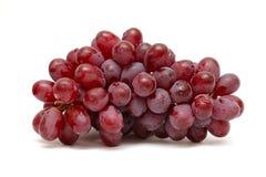 Manojo de uvas rojas aisladas en blanco Imagen de archivo