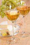 Manojo de uvas y de vino blanco Foto de archivo libre de regalías