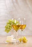 Manojo de uvas y de vino blanco Imagen de archivo libre de regalías