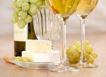 Manojo de uvas y de vino blanco Fotos de archivo libres de regalías