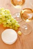 Manojo de uvas y de vino blanco Foto de archivo