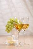 manojo de uvas y de vino blanco Imagenes de archivo