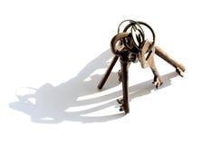 Manojo de viejos claves en el fondo blanco Imagen de archivo libre de regalías