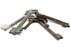 Manojo de viejos claves oxidados, aislado en blanco Foto de archivo