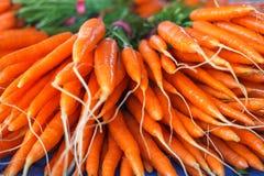 Manojo de zanahorias frescas en el mercado Fotografía de archivo libre de regalías