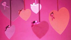 Manojo del día del ` s de la tarjeta del día de San Valentín de balanceo de los corazones almacen de video