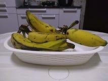 Manojo del plátano en una cocina de un hogar en el Brasil fotos de archivo