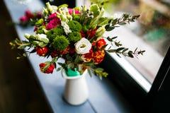 Manojo del resorte de flores Rosas rosadas y rojas en un tarro en el viento imágenes de archivo libres de regalías
