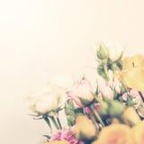Manojo en colores pastel de Defocus de rosas Fotografía de archivo