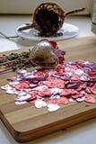 Manojo en forma de corazón del día de tarjeta del día de San Valentín y detalle del té verde imagenes de archivo