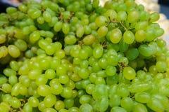 Manojo fresco de uva verde madura en el mercado Fotografía de archivo libre de regalías