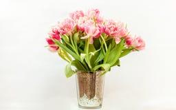Manojo grande de tulipanes rosados contra el fondo blanco Imagen de archivo