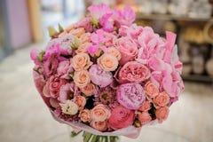 Manojo rico de rosas blancas y rosadas, peonías Imagenes de archivo