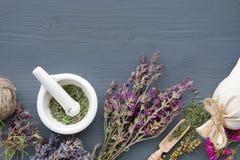 Manojos de hierbas curativas, de mortero y de bolsita El perforatum herbario de Medicine fotografía de archivo
