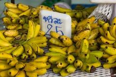 Manojos de plátano en la tabla en mercado Fotografía de archivo